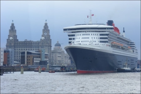 El Queen Mary 2 en una escala en Liverpool