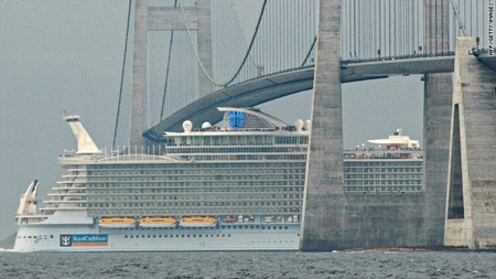 El Allure of the Seas cruzando el puente Storebaelt en Dinamarca