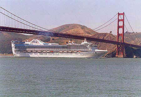 El Star Princess llegando a San Fancisco en mayo de 2002