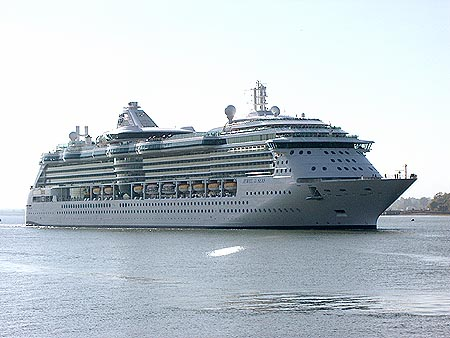 Botado el Jewel of the Seas, El buque de Royal Caribbean partiendo de Harwich mayo de 2004