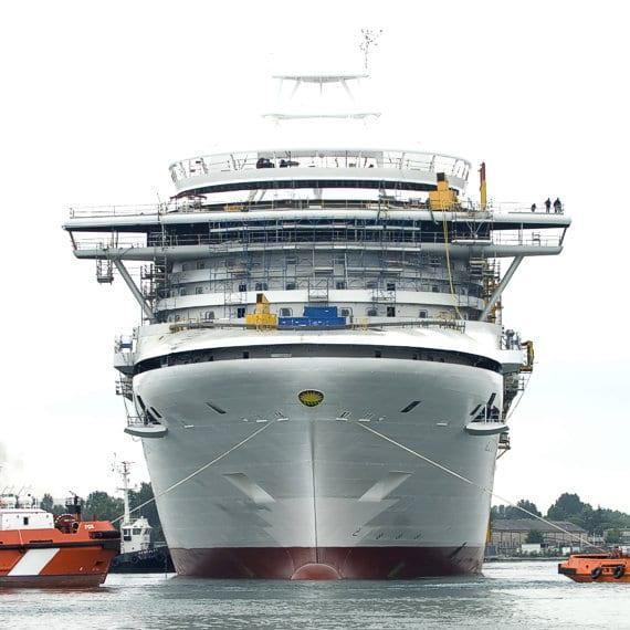 El futuro Azura en un momento de su construcción en Monfalcone junio de 2009 Fincantieri entrega el Azura a P&O Cruises - CruceroAdicto.com