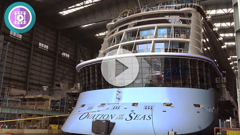 Ovation of the Seas saliendo del astillero